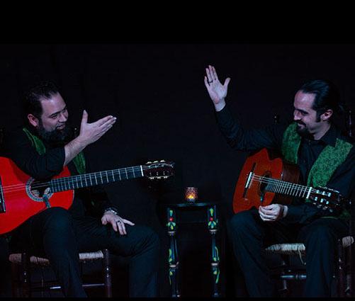 duo de guitarristas saludandose